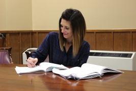 Robin Rivera takes out her notes for class. Photo by Hannah Onder